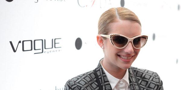 Emma Roberts femenina con traje sastre