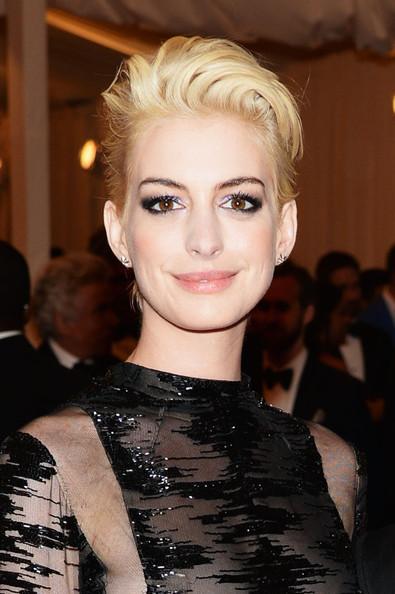 Estrenando nuevo look oxigenado, Anne Hathaway se decanta por el tupé ladeado. MET Ball 2013
