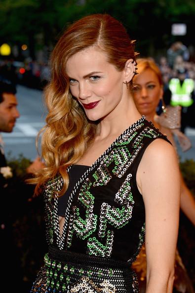 Fabulosos los labios vampirescos y los múltiples anillos de la oreja con melena ladeada para dar protagonismo en el look de Brooklyn Decker. MET Ball 2013