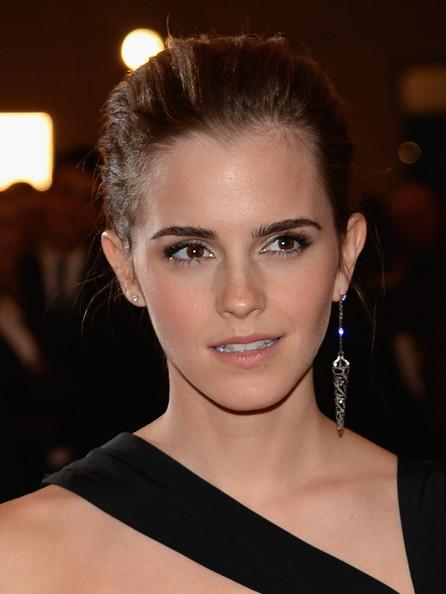 Cruz gigante a una oreja, una tendencia punk que ahora está en alza. Emma Watson. MET Ball 2013