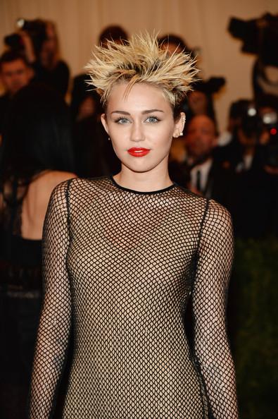 El pelo pincho de Miley Cyrus, muy metida en su papel punky. MET Ball 2013