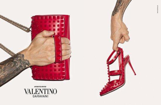 La nueva campaña de Valentino fotografiada por Terry Richardson que, aprovecha, y presta sus tatuados brazos para conseguir un resultado más grunge