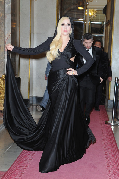 Lady+Gaga+Atelier+Versace+Front+Row+Paris+wN6veSV_l5ul