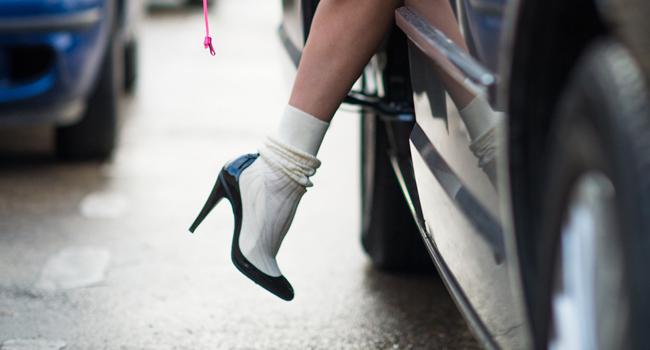 El bolso-perfume y el zapato-calcetín de Chanel #StreetStyle
