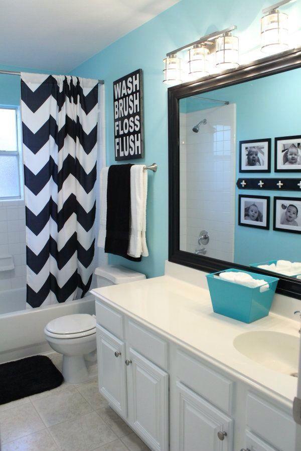 cuarto de baño azul con cortina chevron