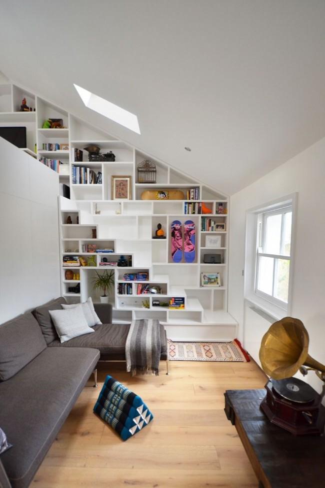 estantería de libros en escalera