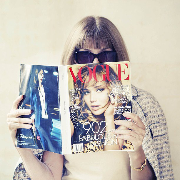 Anna-Wintour-snapped-reading-Vogue-September-issue