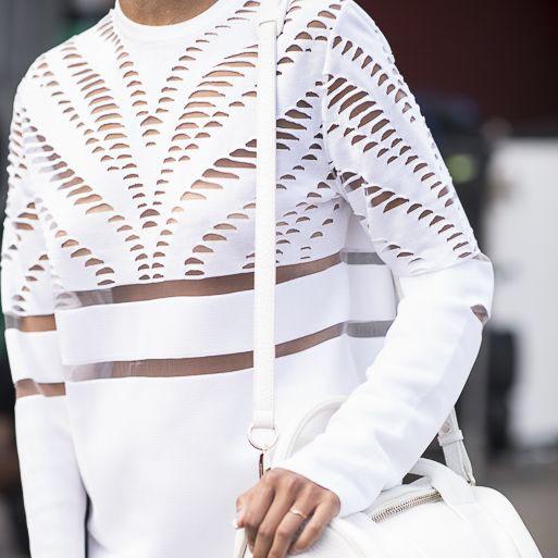 #OOTD: Vestido blanco camisero y con transparencias estratégicas con sneakers estampadas