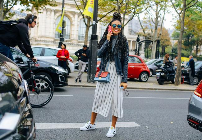 Las sneakers siguen reinando en la calle. Así las combinan las street stylers
