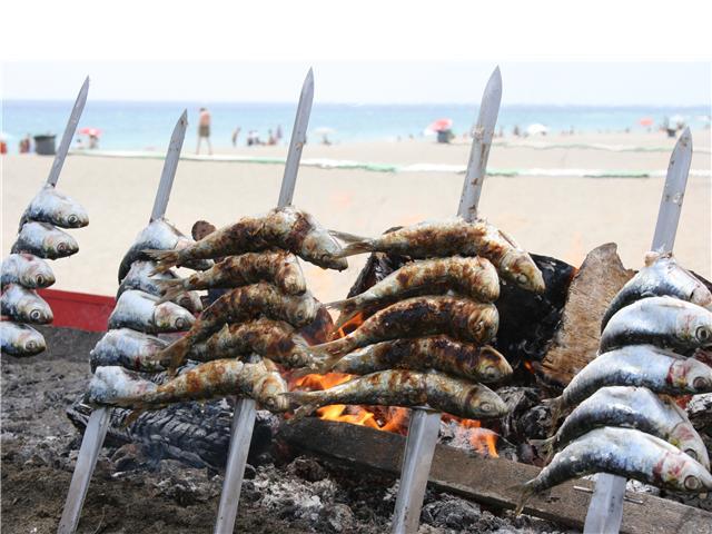 absolut-marbella-espeto-de-sardinas-playa-al-fondo