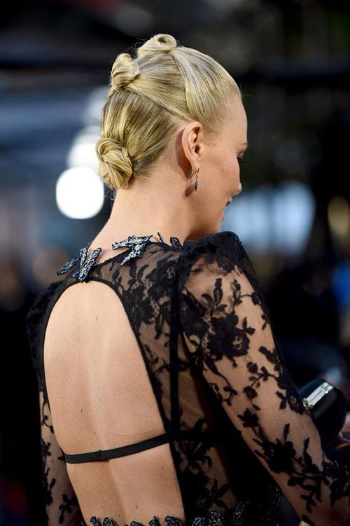 Charlize Theron de Alexander McQueen en los #MTVMovieAwards