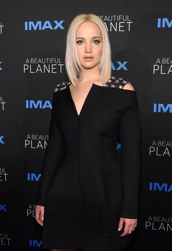 Jennifer Lawrence de Dior en la prèmiere de A Beautiful Planet