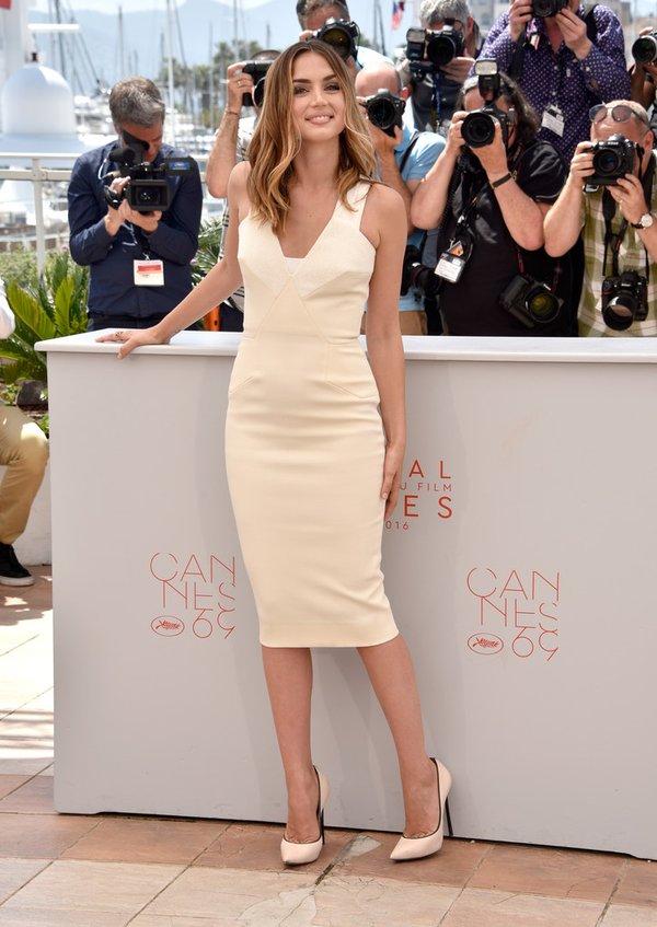 Ana de Armas de Victoria Beckham en el photocall de Hands of Stone en el Festival de Cine de Cannes 2016