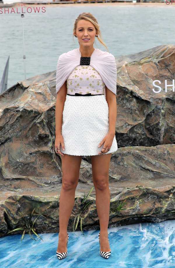 Blake Lively de Giambattista Valli en el photocall de The Shallows en el Festival de Cine de Cannes 2016
