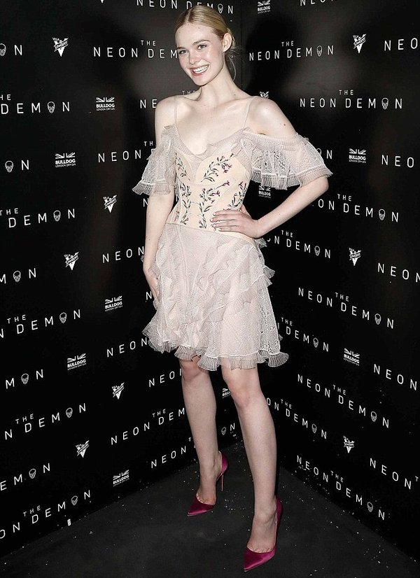 Elle Fanning de Alexander McQueen en la after-party de The Neon Demon en el Festival de Cine de Cannes