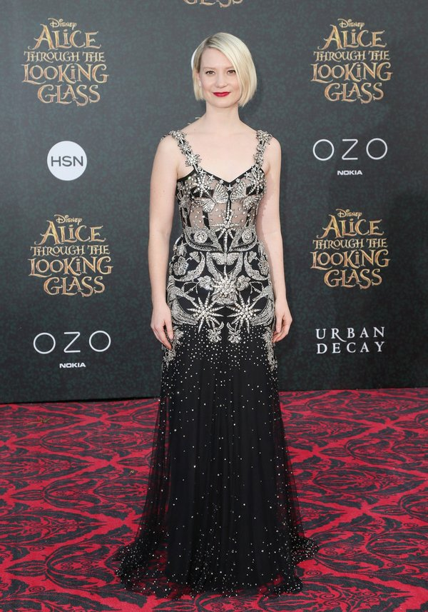 Mia Wasikowska de Alexander McQueen en la prèmiere de Through the looking glass