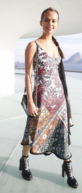 Alicia Vikander de Louis Vuitton en el desfile #LVCruise en Río de Janeiro