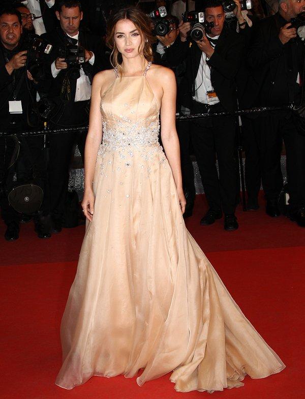 Ana de Armas de Miu Miu en la prèmiere de Hands of Stone en el Festival de Cine de Cannes 2016