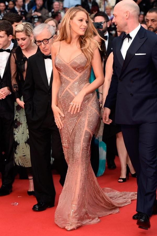 Blake Lively de Atelier Versace en la prèmiere de Cafe Society en el Festival de Cine de Cannes