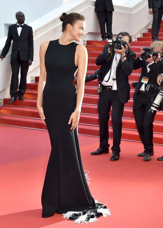 Irina Shayk de Miu Miu en la prèmiere de The Unknown Girl en el Festival de Cine de Cannes