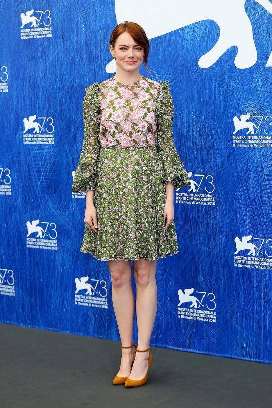 Emma Stone de Giambattista Valli y Atelier Versace en el 73 Festival de Cine de Venecia