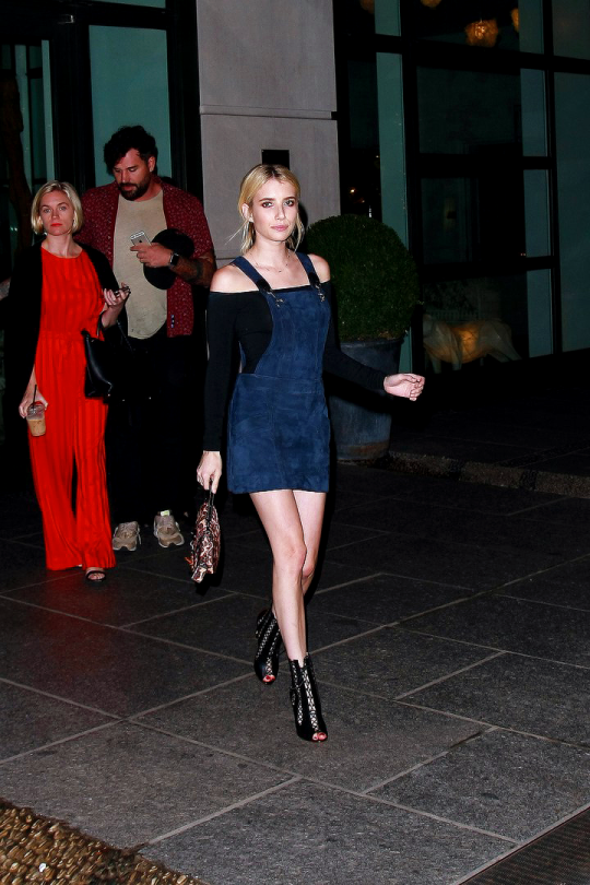emma-roberts-peto-vaquero-top-escote-bardot-coach-party-nyfw