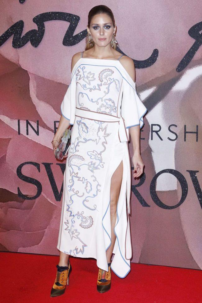 olivia-palermo-peter-pilotto-vestido-hombros-al-aire-atelier-swarovski-joyas-clutch-nathalie-trad-alfombra-roja-british-fashion-awards-2016