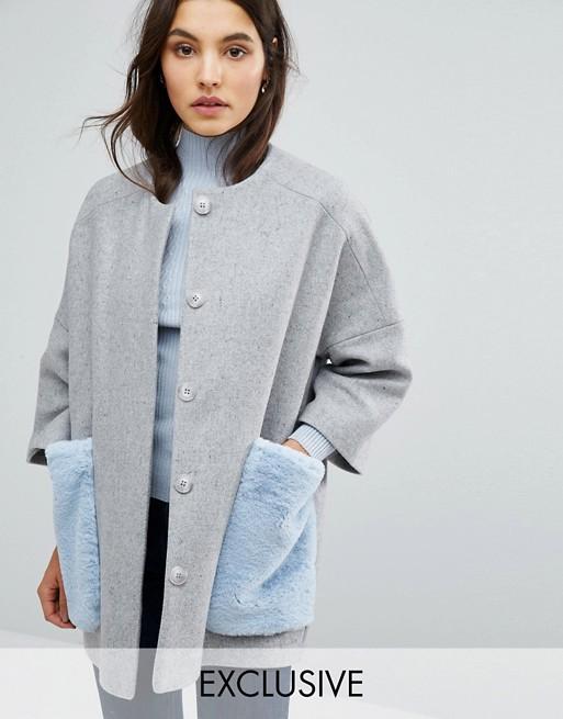 Abrigo gris palo pelo sintético con bolsillos falsos azules de Helen Berman para Asos
