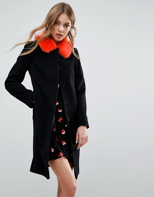 También de Helen Berman para Asos, abrigo negro con cuello de pelo sintético naranja