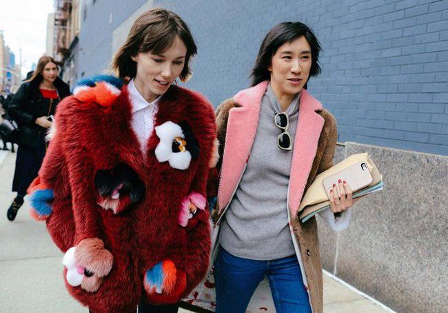 Eva Chen con el abrigo de Sakks Potts tricolor por las calles de Nueva York con Anya Ziourova