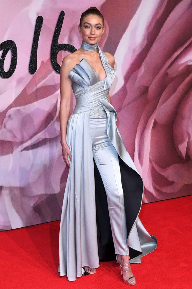 gigi-hadid-atelier-versace-gris-plata-pantalones-alfombra-roja-british-fashion-awards-2016