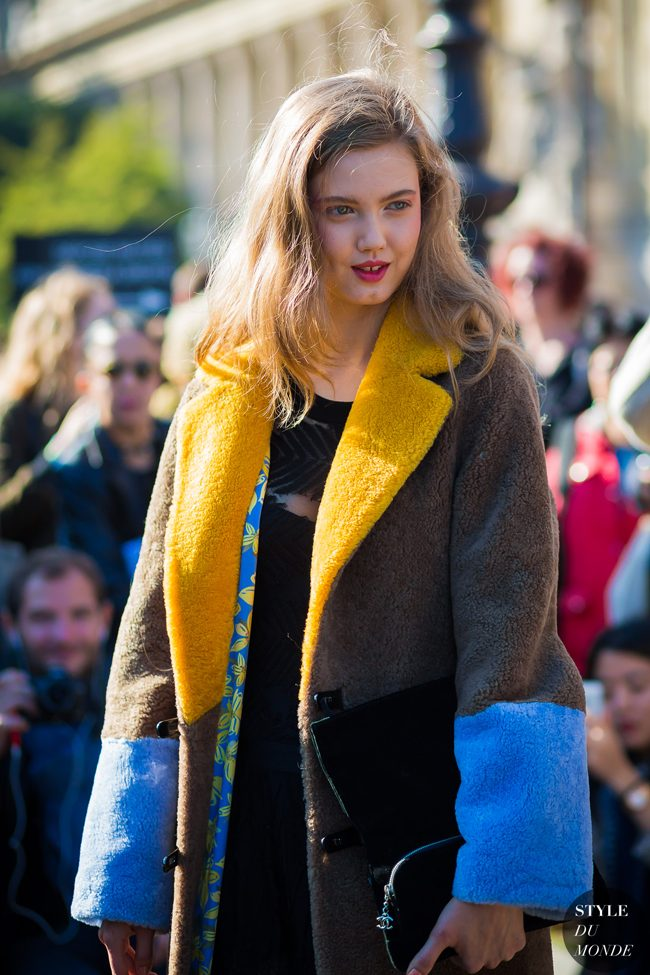 Lindsey Wixon con el abrigo de Sakks Potts tricolor en la New York Fashion Week