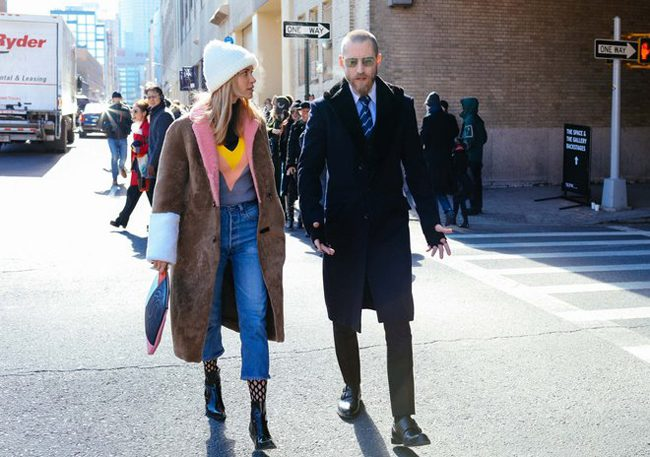Pernille Teisbaek con el abrigo de Sakks Potts tricolor con Justin O´Shea en los alrededores de la New York Fashion Week