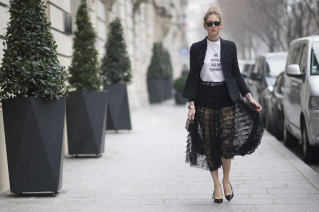 chiara ferragni street style paris hc alta costura camiseta dior we should all be feminists