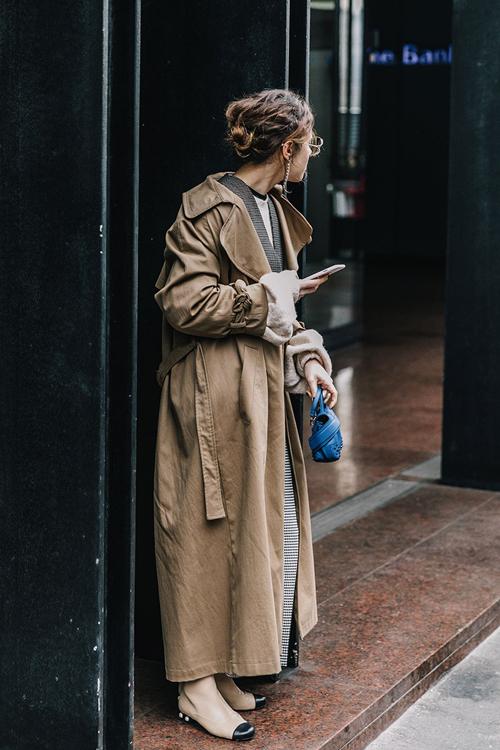 gabardina tobillera street style milan fashion week febrero 2017