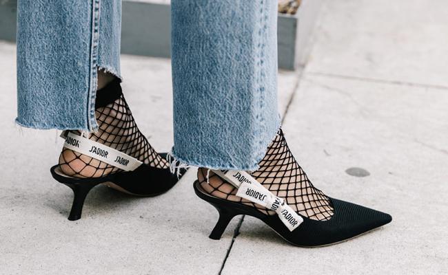 Medias de rejilla zapatos destalonados Dior kitten heels street style nueva york fashion week
