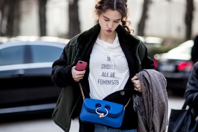 modelo street style paris hc alta costura camiseta dior we should all be feminists