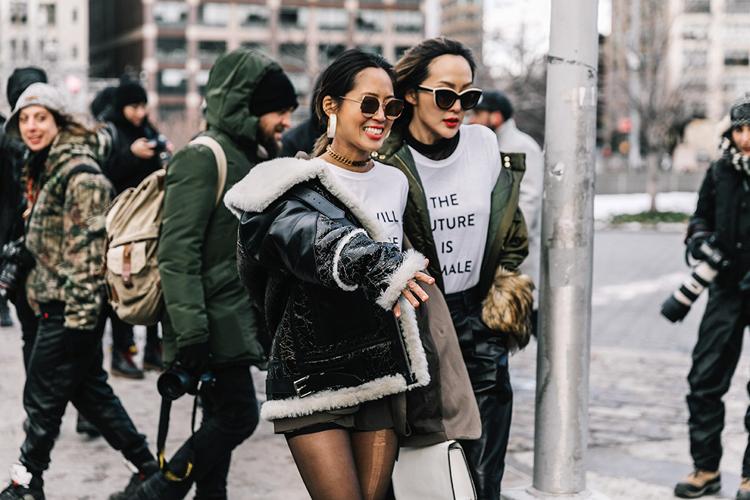 Camisetas con mensaje vs camisetas con logos en el street style de la NYFW