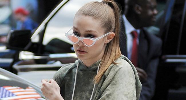 La obsesión de Gigi Hadid por las mules planas