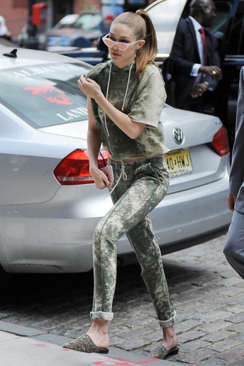 Gigi Hadid con las mules planas camo look