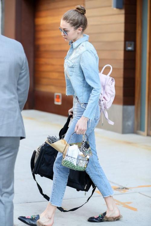 Gigi Hadid con las mules planas de Gucci total look vaquero