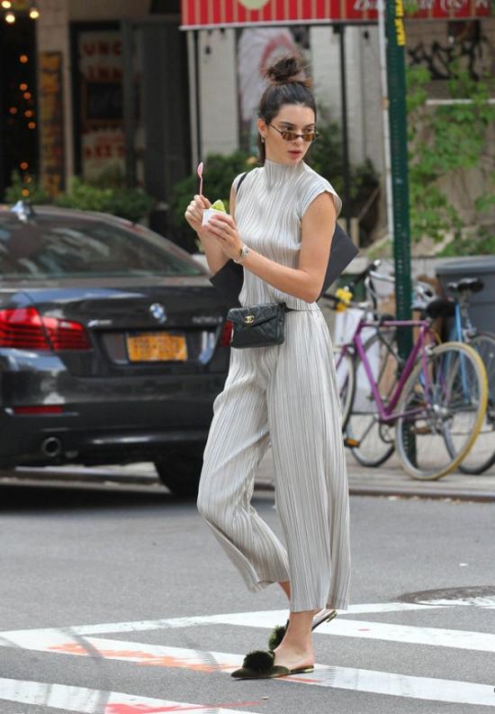 Kendall Jenner con riñoneras chanel mules aquazzura