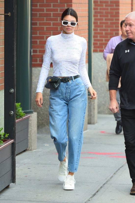 Kendall Jenner con riñoneras chanel zapatillas adidas jeans monse