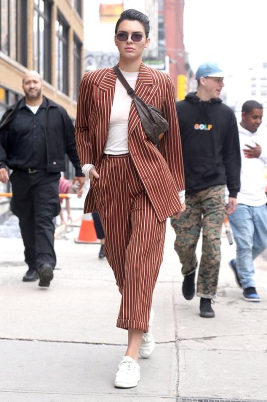 Kendall Jenner con riñoneras louis vuitton traje wolk morais