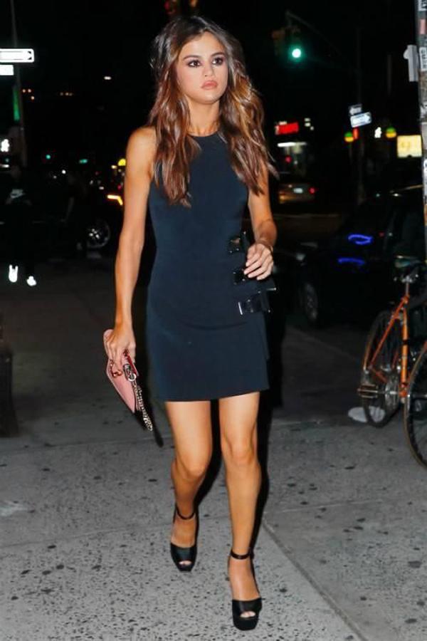 Selena Gomez con el bolso Pierce de J W Anderson vestido david koma sandalias Giuseppe Zanotti