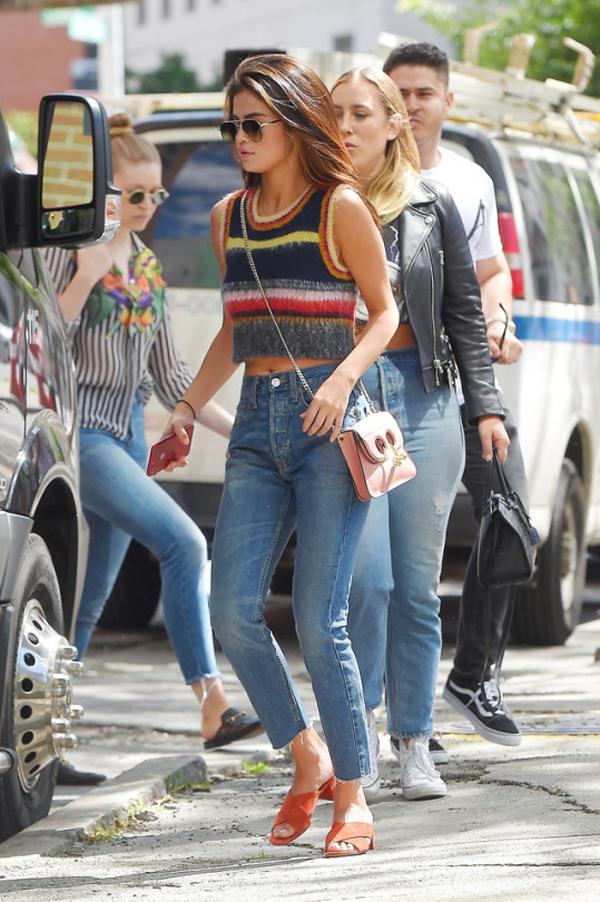 Selena Gómez con el bolso J W Anderson top Alexa Chun sandalias Mansur Gavriel