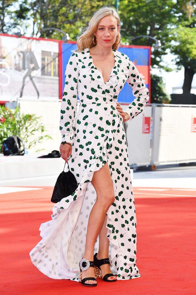 chloe sevigny vestido largo estampado hojas verdes wrap alfombra roja festival cine venecia 2017