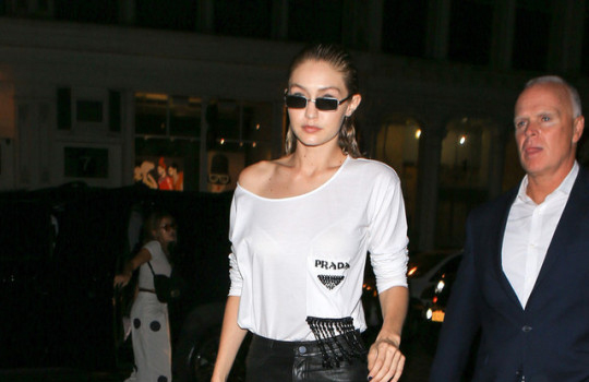 gigi hadid street style portada be trendy my friend camiseta prada