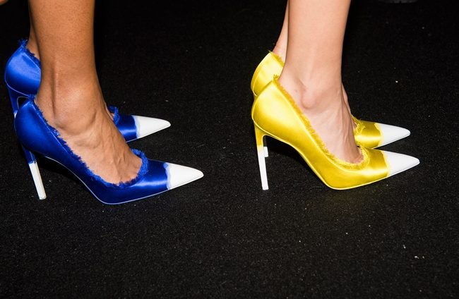 zapatos bicolor amarillo azul backstage desfile tom ford PV18 nyfw