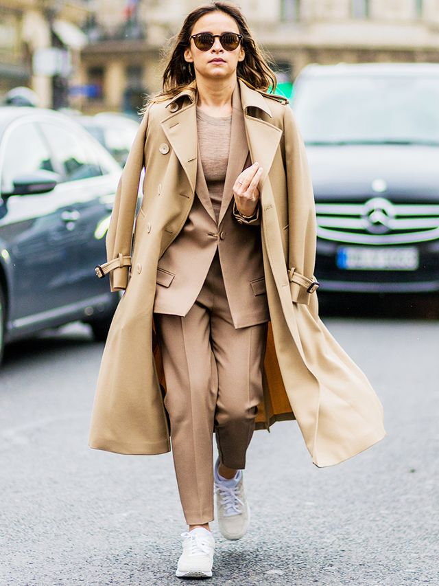 tendencias 2018 miroslava duma sneakers street style traje con deportivas camel who what wear